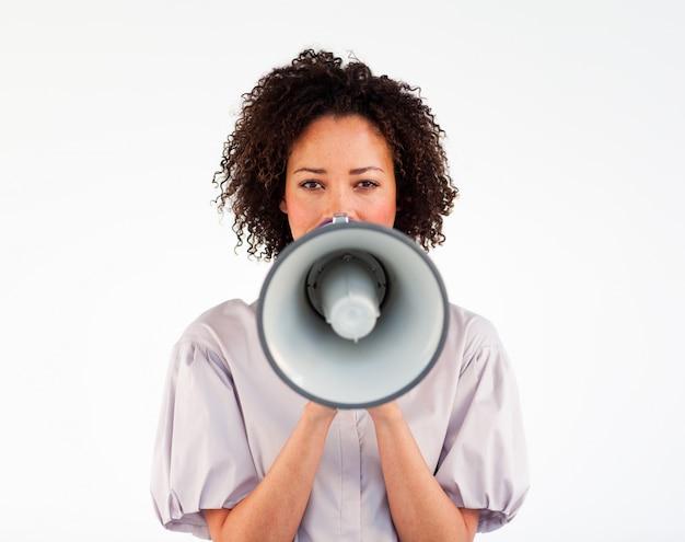 Donna di affari che parla attraverso un megafono davanti alla telecamera