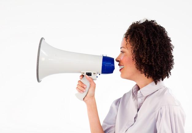 Donna di affari che parla attraverso il megafono