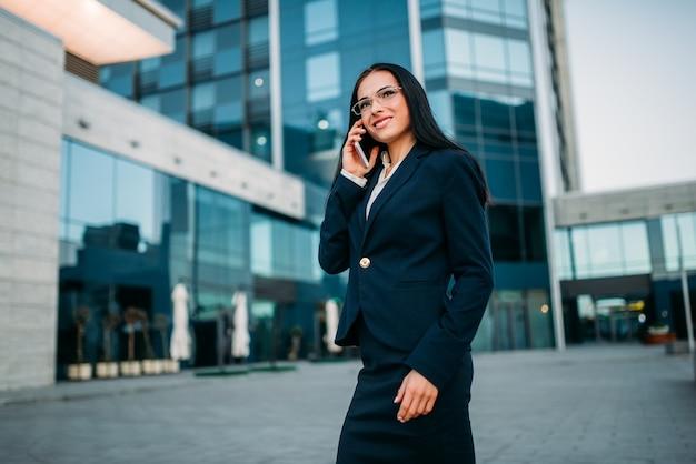 Imprenditrice in tuta colloqui per telefono all'aperto