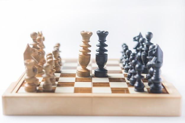 Imprenditrice pensando a come giocare a scacchi concetto di strategia aziendale per vincere