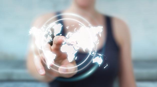 Imprenditrice utilizzando l'interfaccia della mappa del mondo digitale