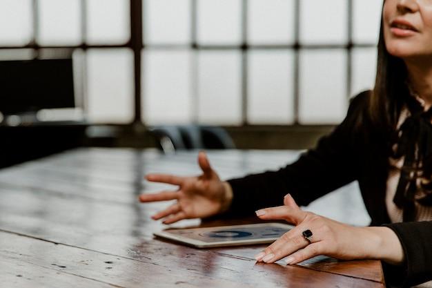 Imprenditrice che utilizza un tablet in una riunione
