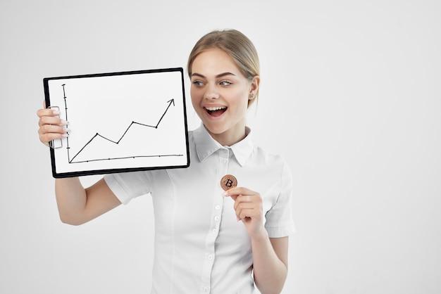 Donna d'affari in una camicia bianca con una cartella in mano sfondo chiaro