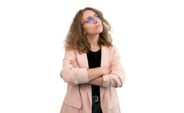 Donna di affari con le braccia incrociate alzando lo sguardo isolato su bianco