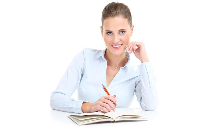 Donna d'affari con documenti su sfondo bianco