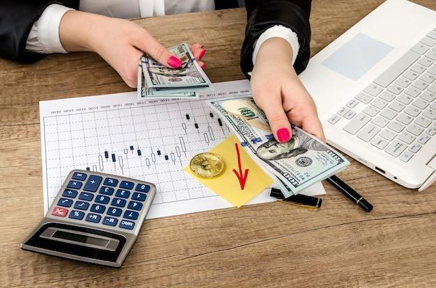 Imprenditrice con banconote da un dollaro sulla sua scrivania