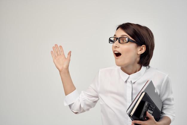 Imprenditrice con gli occhiali fiducia in se stessi sfondo chiaro. foto di alta qualità