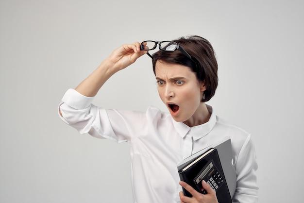 Imprenditrice con gli occhiali fiducia in se stessi sfondo chiaro