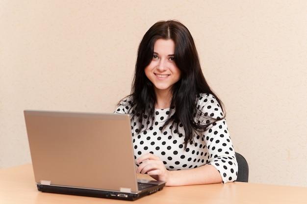 Imprenditrice con laptop alla scrivania