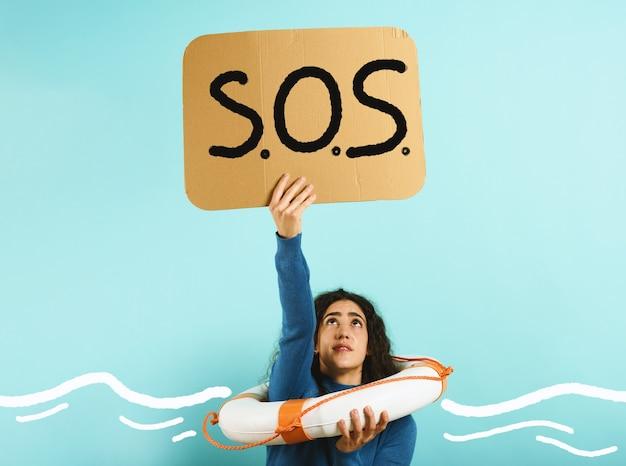 Imprenditrice con salvagente chiede aiuto