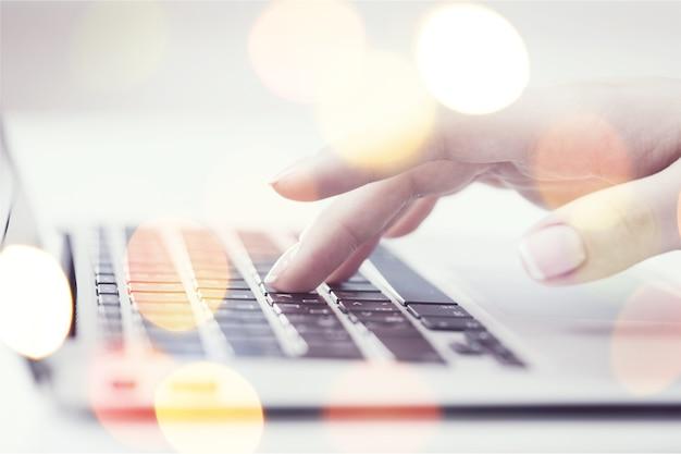 Imprenditrice al lavoro con laptop, primo piano