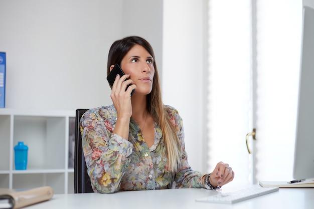 Imprenditrice lavorando in ufficio a casa