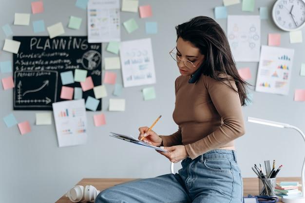 Imprenditrice che lavora in ufficio, si è appoggiata alla scrivania