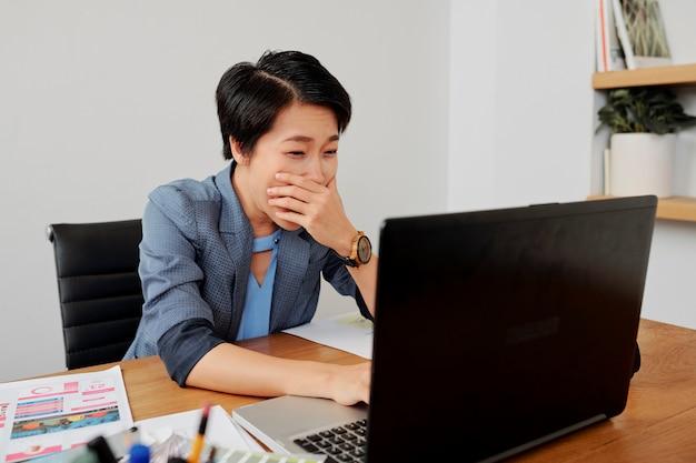 Donna di affari che lavora fuori orario all'ufficio