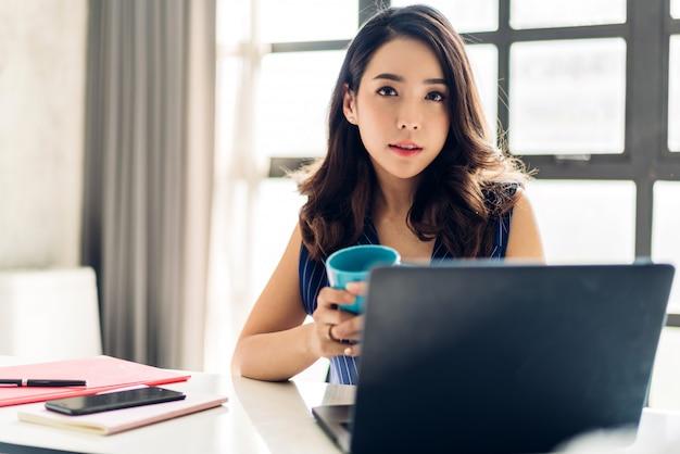 Donna di affari che lavora con il computer portatile. gente di affari creativa che progetta al sottotetto del lavoro moderno