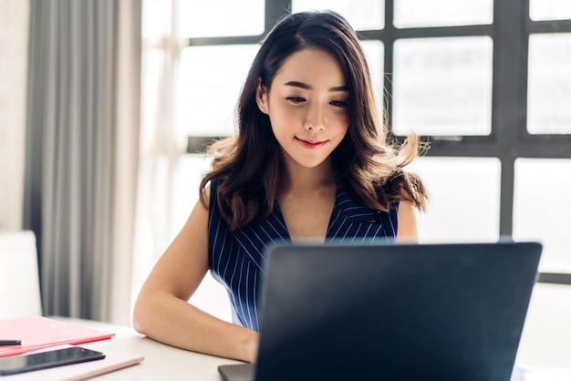 Donna di affari che lavora con il computer portatile
