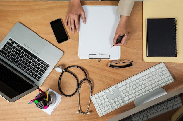 Imprenditrice scrivendo negli appunti
