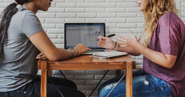 Concetto di crescita commercializzante di brainstorming delle donne di affari
