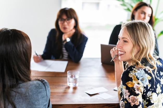 Donne d'affari che fanno brainstorming in una riunione