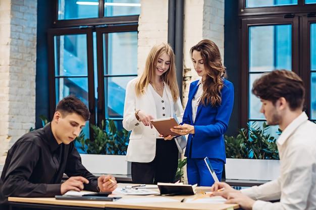 Imprenditrici e uomini d'affari che lavorano in ufficio