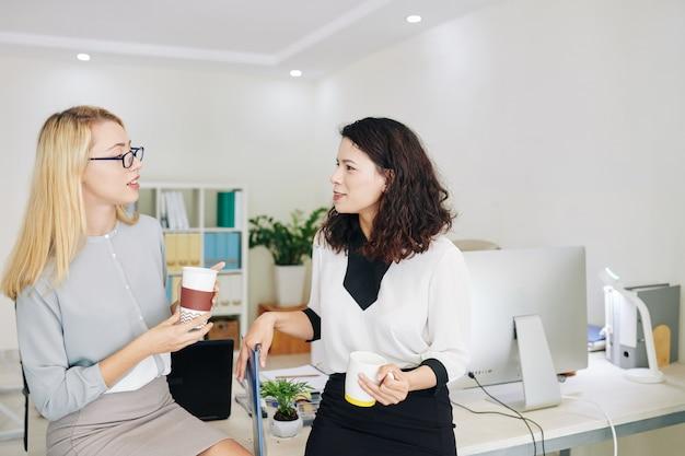 Donne di affari che hanno pausa caffè