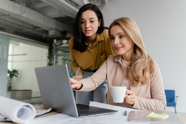 Donne di affari che parlano di un progetto in una riunione