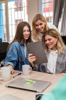 Donne di affari che parlano di un progetto di lavoro