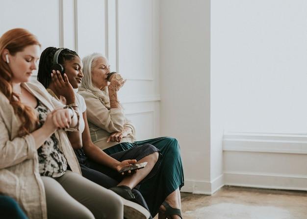 Imprenditrici che utilizzano dispositivi digitali durante l'attesa