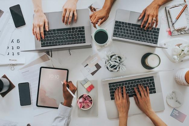Imprenditrici che utilizzano dispositivi digitali al lavoro