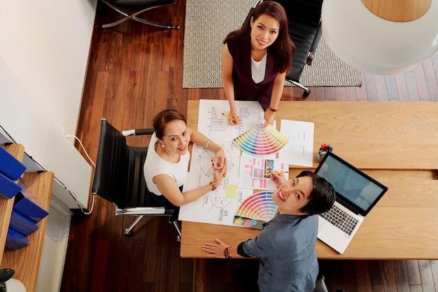 Donne d'affari che lavorano su un nuovo progetto di design
