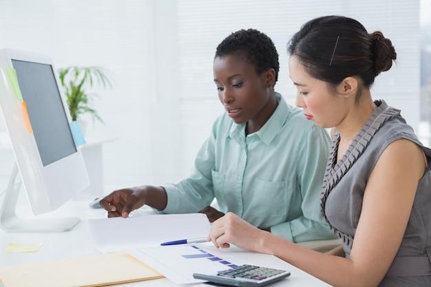 Imprenditrici che lavorano insieme alla scrivania