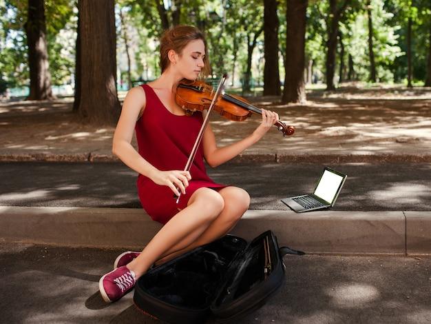Prestazioni da busker. stile di vita degli studenti di arte musicale. fare soldi hobby concept