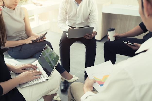 Persone che si incontrano in ufficio moderno. colleghe del gruppo di affari che condividono rapporto di affari