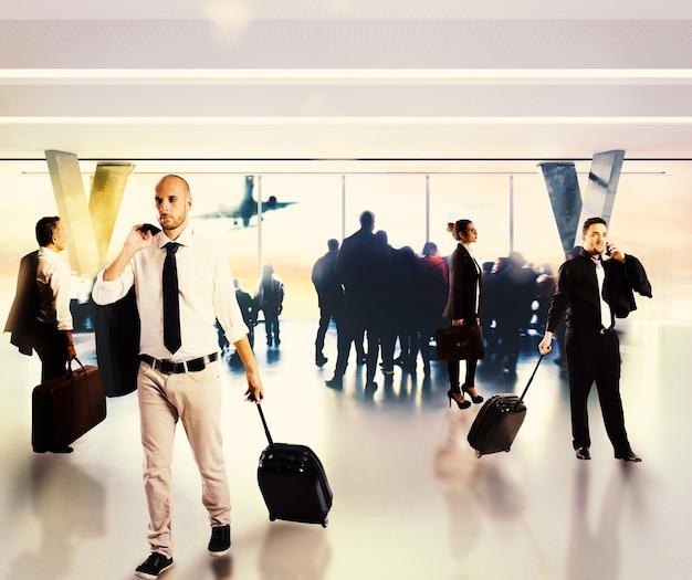 Uomini d'affari impegnati in attesa all'aeroporto per il loro volo