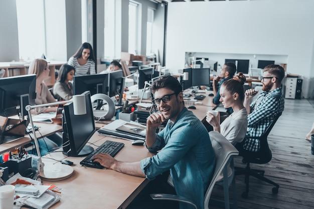 Giornata lavorativa impegnativa. riunione del team aziendale in ufficio