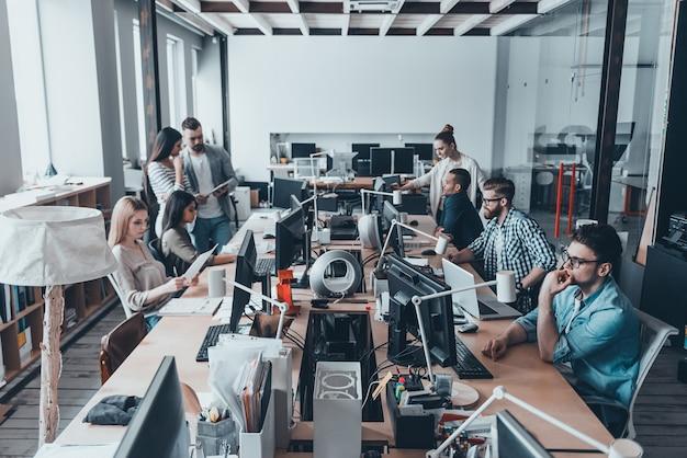 Giornata di lavoro intensa in ufficio. riunione del team aziendale in ufficio