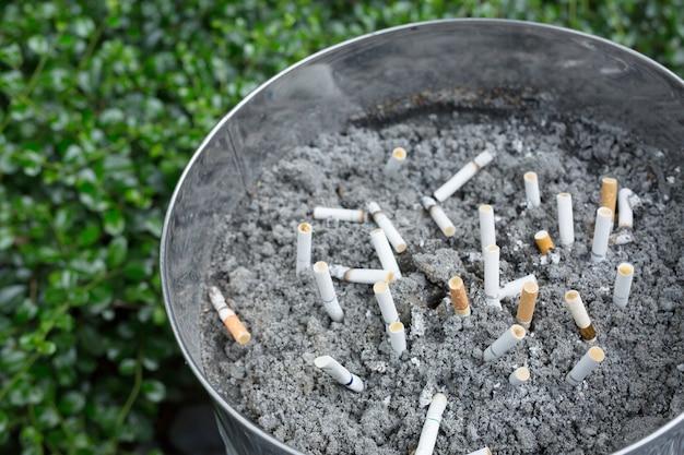 Butt sulle sigarette nel posacenere. ci sono molti tipi di sigaretta