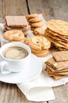 Biscotti al burro e mandorle sulla tavola di legno