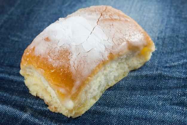 Pane al burro cosparso di glassa sopra