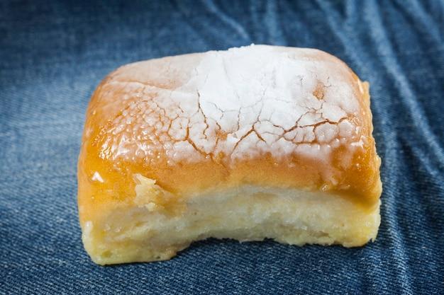Pane al burro cosparso di glassa sopra.