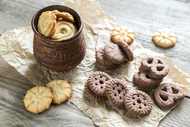 Biscotti al burro e al cioccolato sulla tavola di legno
