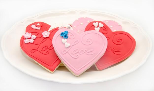 Biscotti al burro con fondente a forma di cuore decorato