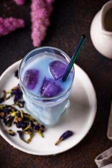 Tè blu farfalla pisello con latte