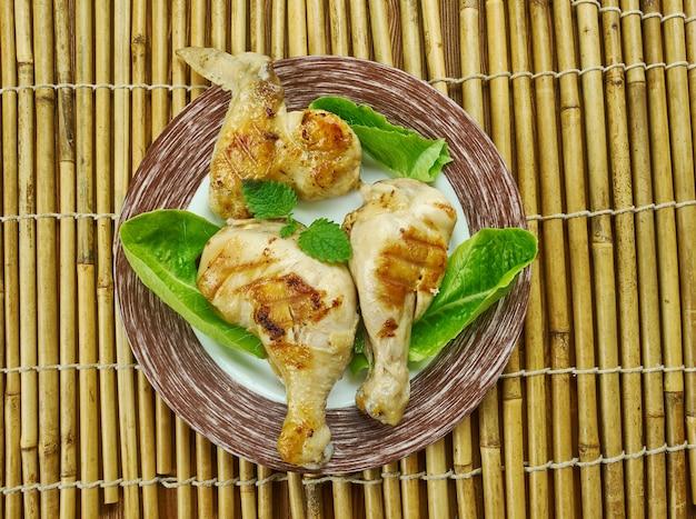 Pollo alla griglia in salamoia al latticello, imbevuto in una miscela di latticello, zucchero di canna e salsa piccante per garantire sapore e succosità