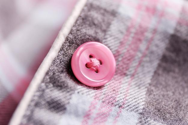 Pulsante su una camicia da vicino