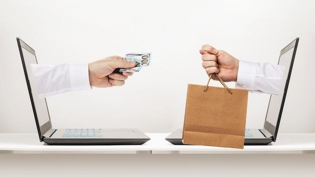 L'acquirente dà soldi per il prodotto e il venditore mostra un fico invece di un prodotto un concetto sul tema delle frodi online durante gli acquisti online