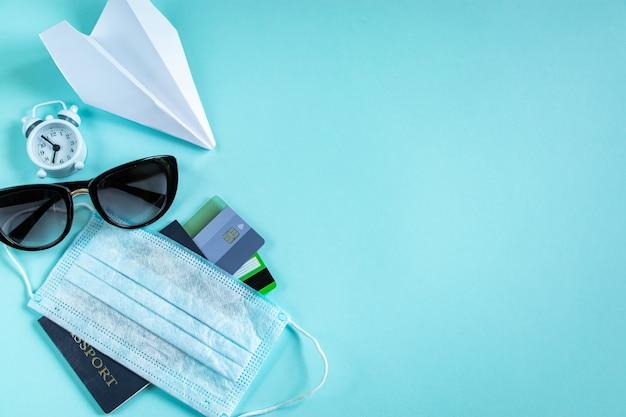 Acquisto di biglietti aerei durante la pandemia di coronavirus carte di credito passaporto e maschera medica