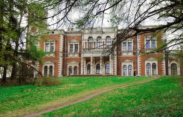 Bykovo, maniero a bykovo, maniero vorontsov-dashkov, maniero abbandonato, edificio abbandonato Foto Premium