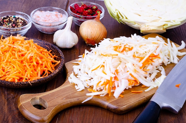 Cavolo cappuccio e carote, tagliati a listarelle per la cottura.