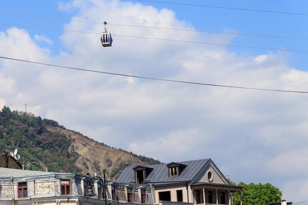 Cabina della funivia contro il cielo blu. funivia a tbilisi, georgia